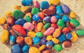 65047507 farbige steine bunten farben in verschiedenen farben auf einer ebenen fläche liegen nahansicht